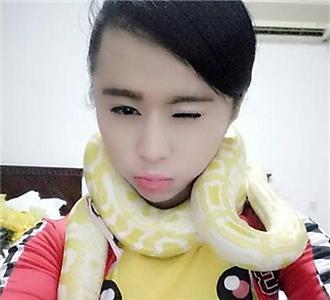 玩蛇的美女,还是黄金蟒